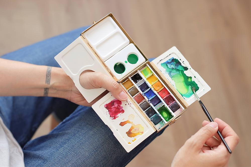 Artist resting the open Frazer Price Palette Box on knee